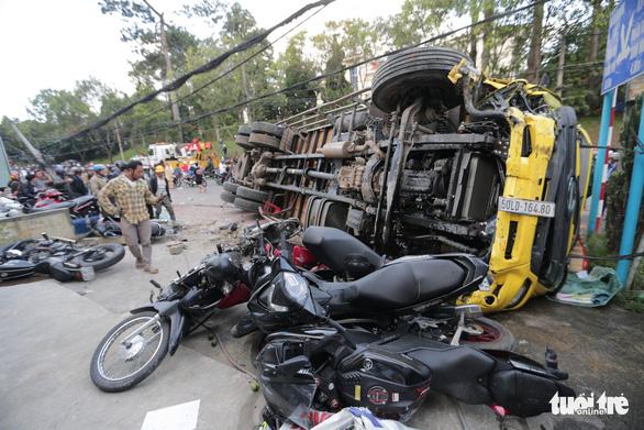 Xe tải chở bia không người lái tuột dốc tông nát hàng loạt xe máy - Ảnh 2.