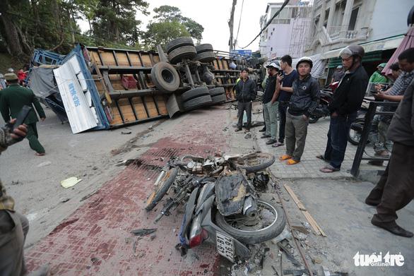 Xe tải chở bia không người lái tuột dốc tông nát hàng loạt xe máy - Ảnh 3.