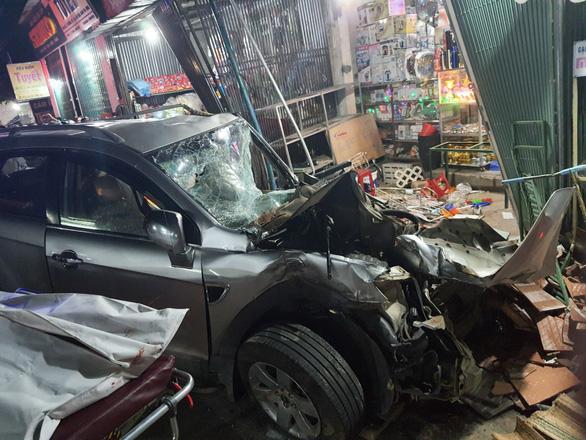 NÓNG: Sau tiếng nổ, xe tải đâm xe 7 chỗ, tông nhiều xe máy, lao vào nhà dân, ít nhất 3 người chết - Ảnh 3.