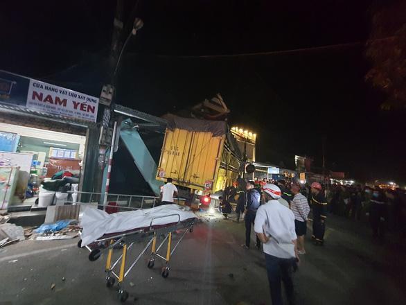 NÓNG: Sau tiếng nổ, xe tải đâm xe 7 chỗ, tông nhiều xe máy, lao vào nhà dân, ít nhất 3 người chết - Ảnh 1.