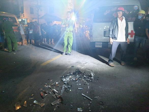 NÓNG: Sau tiếng nổ, xe tải đâm xe 7 chỗ, tông nhiều xe máy, lao vào nhà dân, ít nhất 3 người chết - Ảnh 2.
