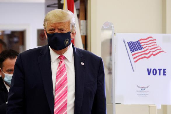 Ông Trump đi bỏ phiếu bầu cử sớm - Ảnh 2.