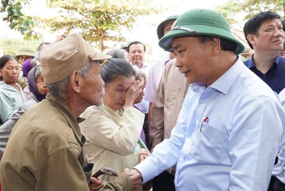 Thủ tướng làm việc với các tỉnh miền Trung: Không gây khó khăn cho các nhà hảo tâm - Ảnh 1.