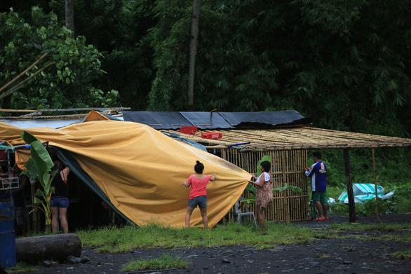 Hàng chục ngàn người Philippines bỏ nhà cửa vì bão Molave - Ảnh 1.
