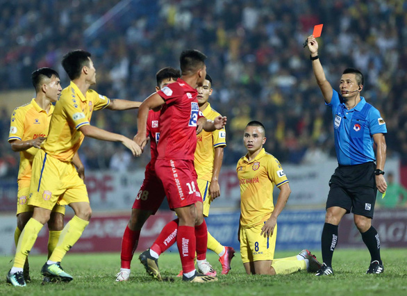 Video cầu thủ Hải Phòng đánh vào mặt đối thủ sau thẻ vàng thứ 2 - Ảnh 2.