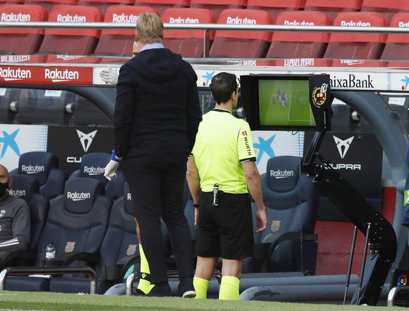 HLV Ronald Koeman: VAR chỉ vào cuộc để chống lại Barca - Ảnh 1.