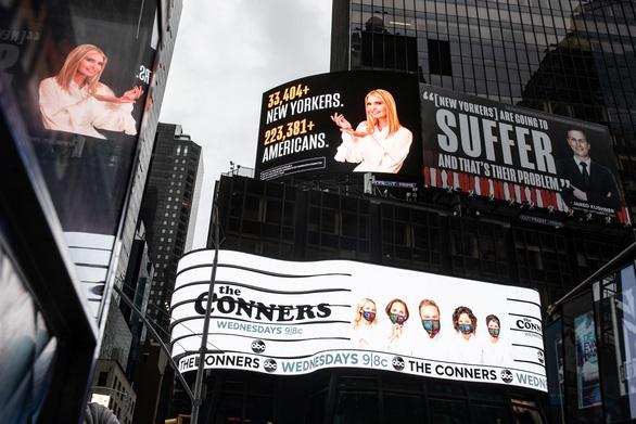 Quảng cáo tại quảng trường Thời đại mang tính cáo buộc, con gái và rể ông Trump dọa kiện - Ảnh 1.