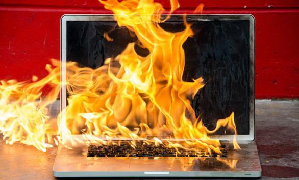 Không nên xài laptop khi đang sạc pin - Ảnh 1.