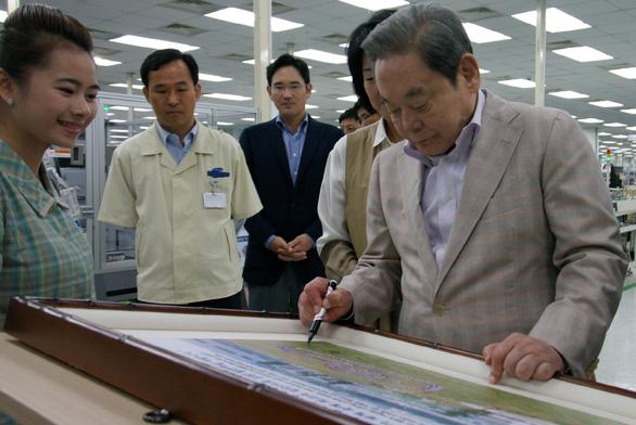Cố chủ tịch Lee từng tự tay đốt hàng đống đồ Samsung kém chất lượng - Ảnh 1.