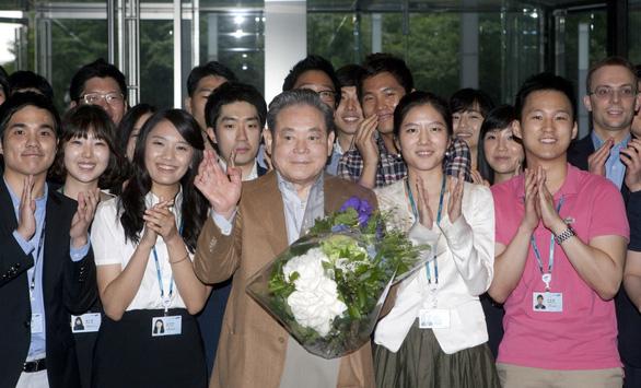 Cố chủ tịch Lee từng tự tay đốt hàng đống đồ Samsung kém chất lượng - Ảnh 3.