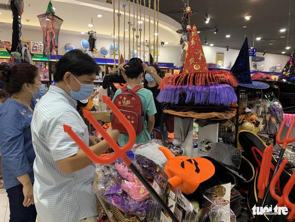 Halloween đã tăng độ nóng, hàng Trung Quốc vẫn áp đảo - Ảnh 1.
