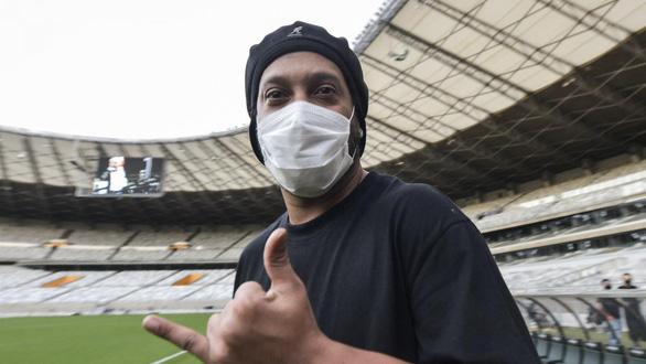 Huyền thoại Ronaldinho nhiễm COVID-19 - Ảnh 1.