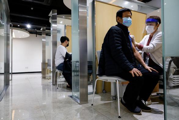 Singapore ngừng sử dụng 2 loại vắcxin cúm do lo ngại các ca tử vong ở Hàn Quốc - Ảnh 1.