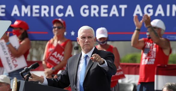 Phó tổng thống Mỹ Mike Pence vẫn vận động tranh cử dù tiếp xúc với trợ lý 'dính' COVID-19 - Ảnh 1.
