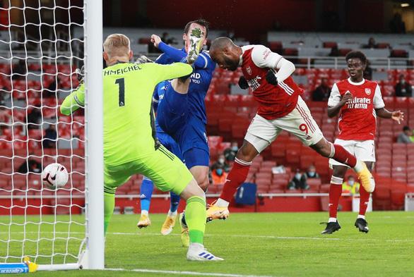 Dứt điểm kém, Arsenal trả giá vì bàn thắng muộn của Vardy - Ảnh 3.