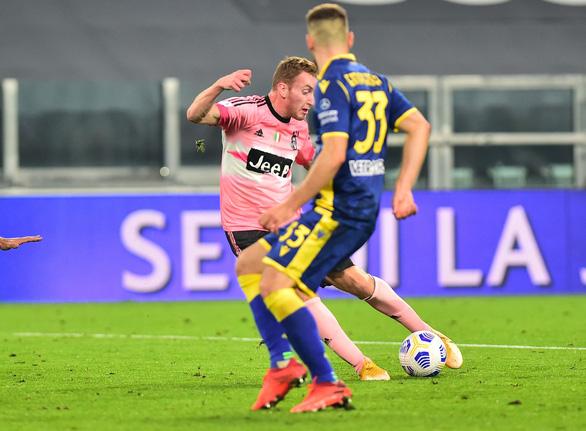 Sao trẻ vào sân từ ghế dự bị lập công cứu Juventus trước Verona - Ảnh 4.
