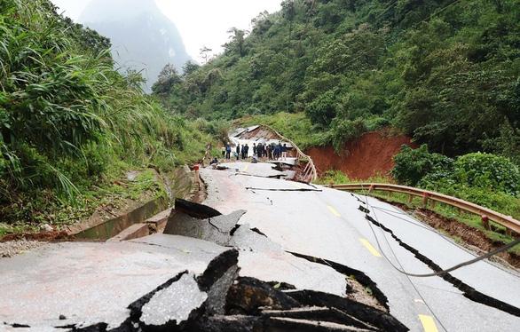 Đứt gãy nặng nề, quốc lộ 12A từ Quảng Bình qua Lào ách tắc - Ảnh 1.