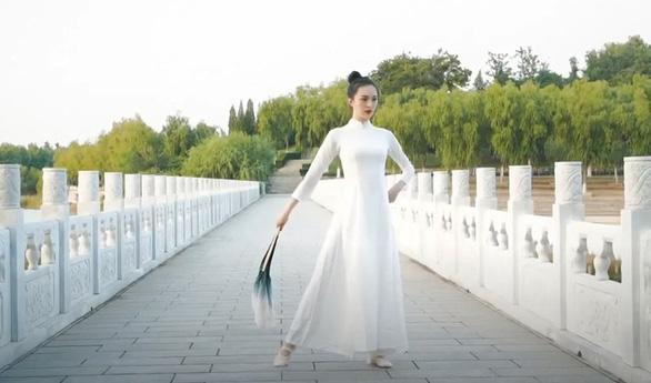 Nữ nhiếp ảnh gia Trung Quốc gây tranh cãi vì thiết kế giống áo dài Việt Nam - Ảnh 4.