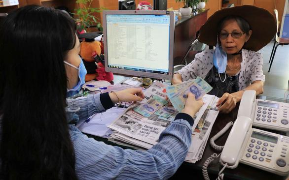 Phiên chợ đấu giá gây quỹ gửi về miền Trung - Ảnh 1.