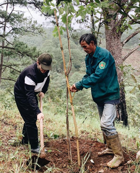 Hà Anh Tuấn trồng 1.800 cây rừng để giúp chống lũ trong dự án Rừng Việt Nam - Ảnh 3.