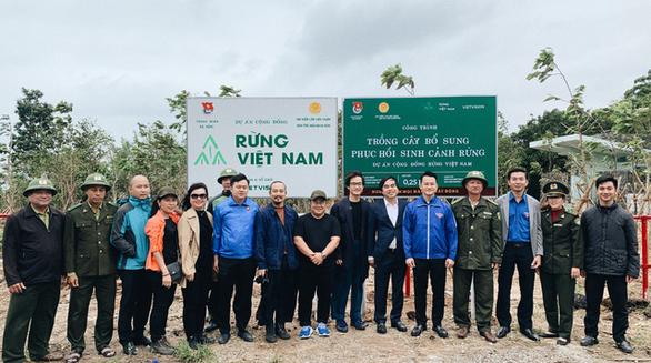 Hà Anh Tuấn trồng 1.800 cây rừng để giúp chống lũ trong dự án Rừng Việt Nam - Ảnh 1.