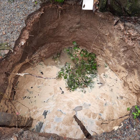 Sụt đất thành hố sâu đến 5m trong vườn nhà ở Quảng Bình - Ảnh 1.