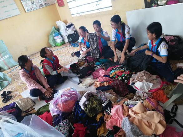 Bán vé số, sửa quần áo, quyên góp tập sách ủng hộ miền Trung - Ảnh 3.