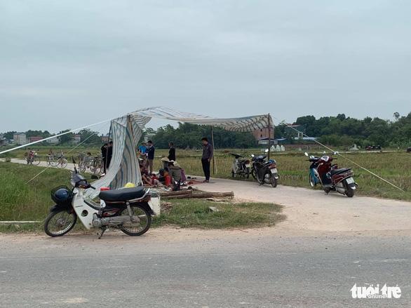 Chặn xe chở rác ở Hà Nội, người dân mong sớm nhận được tiền bồi thường, hỗ trợ - Ảnh 2.