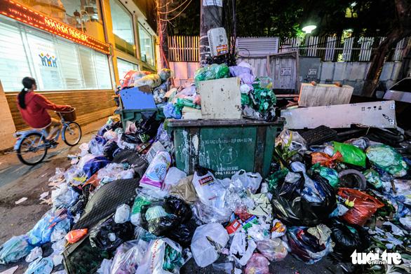 Chặn xe chở rác ở Hà Nội, người dân mong sớm nhận được tiền bồi thường, hỗ trợ - Ảnh 1.