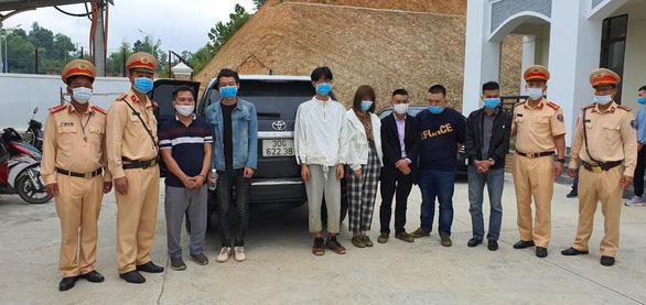 Bắt 3 xe chở 20 người nước ngoài nhập cảnh trái phép - Ảnh 1.