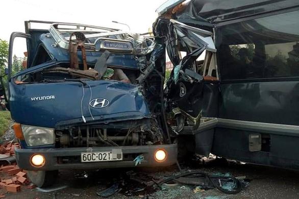 Xe khách đâm trực diện xe tải, tài xế chết tại chỗ - Ảnh 1.
