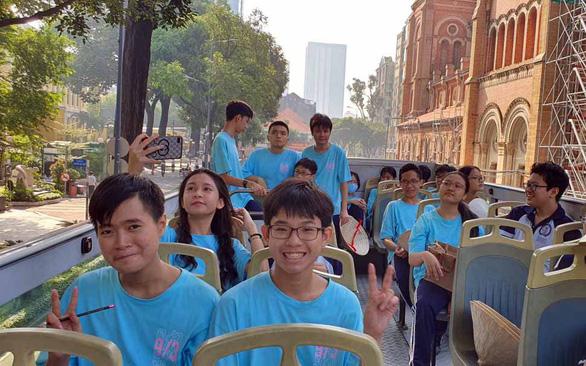 Học địa lý và tiếng Anh trên xe buýt 2 tầng - Ảnh 1.