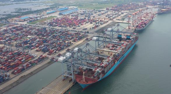 Một trong những tàu container lớn nhất thế giới lần đầu cập cảng Việt Nam - Ảnh 2.