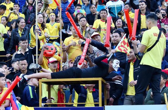 Nguyễn Thanh Thụ bị đình chỉ thi đấu 2 trận vì ném bóng vào mặt Hồng Duy - Ảnh 2.