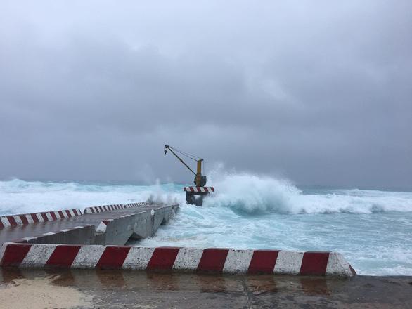 Bão số 9 đang gây gió cấp 8-9 tại đảo Song Tử Tây - Ảnh 1.