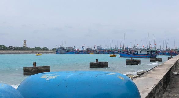Bão số 9 đang gây gió cấp 8-9 tại đảo Song Tử Tây - Ảnh 3.