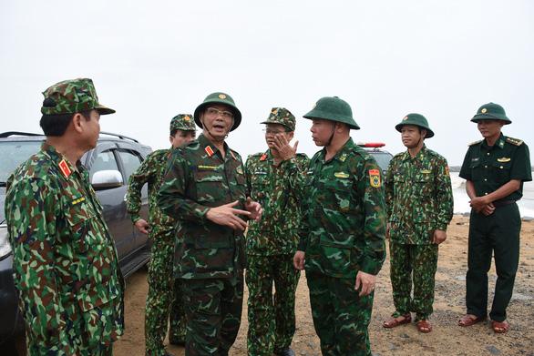 Trực thăng sẵn sàng cất cánh tại sân bay Tuy Hòa - Ảnh 2.