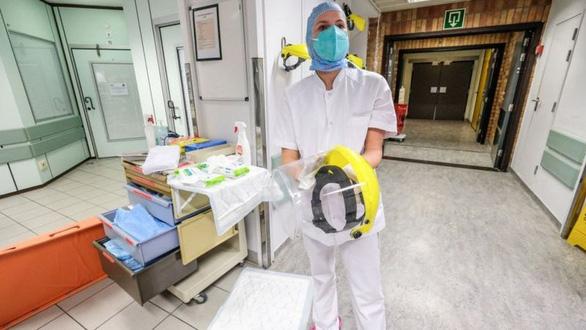 Bỉ: Quá nhiều bệnh nhân COVID-19, bác sĩ dương tính cũng phải làm việc - Ảnh 1.