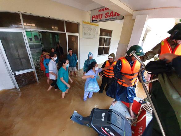 Hăng hái đến cứu trợ vùng lũ, hãy hợp tác, chia sẻ trước khi livestream... - Ảnh 2.