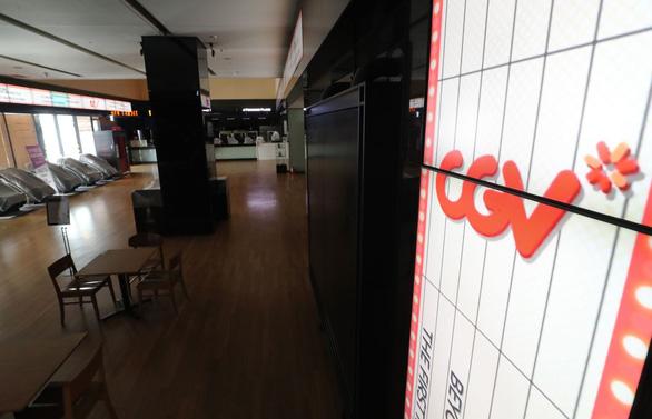 CGV đóng 30% rạp ở Hàn, các rạp phim thế giới loay hoay... chờ chết? - Ảnh 2.