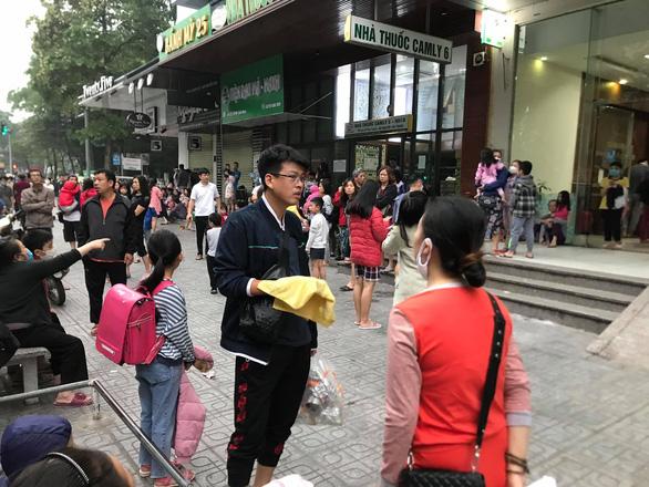 Cháy tại chung cư Linh Đàm, hàng ngàn người hoảng loạn tháo chạy - Ảnh 2.