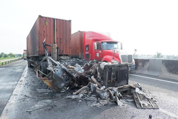 Va quẹt nhẹ, đầu kéo container cháy thành tro trên cao tốc TP.HCM - Trung Lương - Ảnh 1.