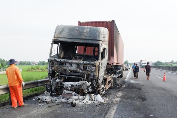 Va quẹt nhẹ, đầu kéo container cháy thành tro trên cao tốc TP.HCM - Trung Lương - Ảnh 2.