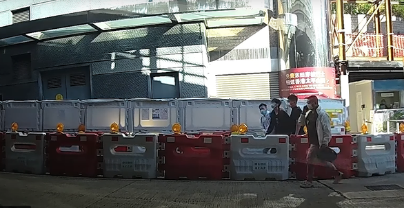 Bốn người Hong Kong chạy vào Tổng lãnh sự quán Mỹ xin tị nạn - Ảnh 1.