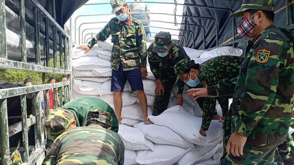 Gạo cứu đói tiếp tế cho dân vùng lũ trước bão số 9 - Ảnh 2.