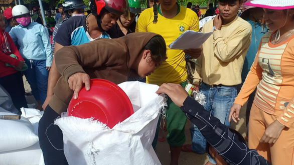 Gạo cứu đói tiếp tế cho dân vùng lũ trước bão số 9 - Ảnh 4.