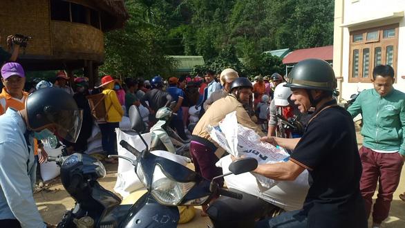 Gạo cứu đói tiếp tế cho dân vùng lũ trước bão số 9 - Ảnh 1.