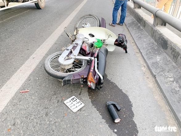 Một thanh niên 23 tuổi bất tỉnh bên xe máy và vũng máu trên cầu - Ảnh 1.