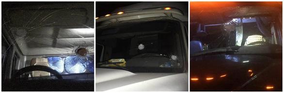 Bắt nhóm thanh thiếu niên ném vỡ kính nhiều xe container cho vui - Ảnh 1.