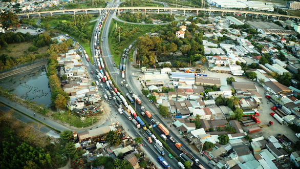 Đề xuất ưu tiên triển khai sớm 7 dự án giao thông trọng điểm ở TP.HCM - Ảnh 1.